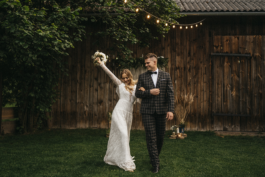 para mloda rustykalne wesele w stodole