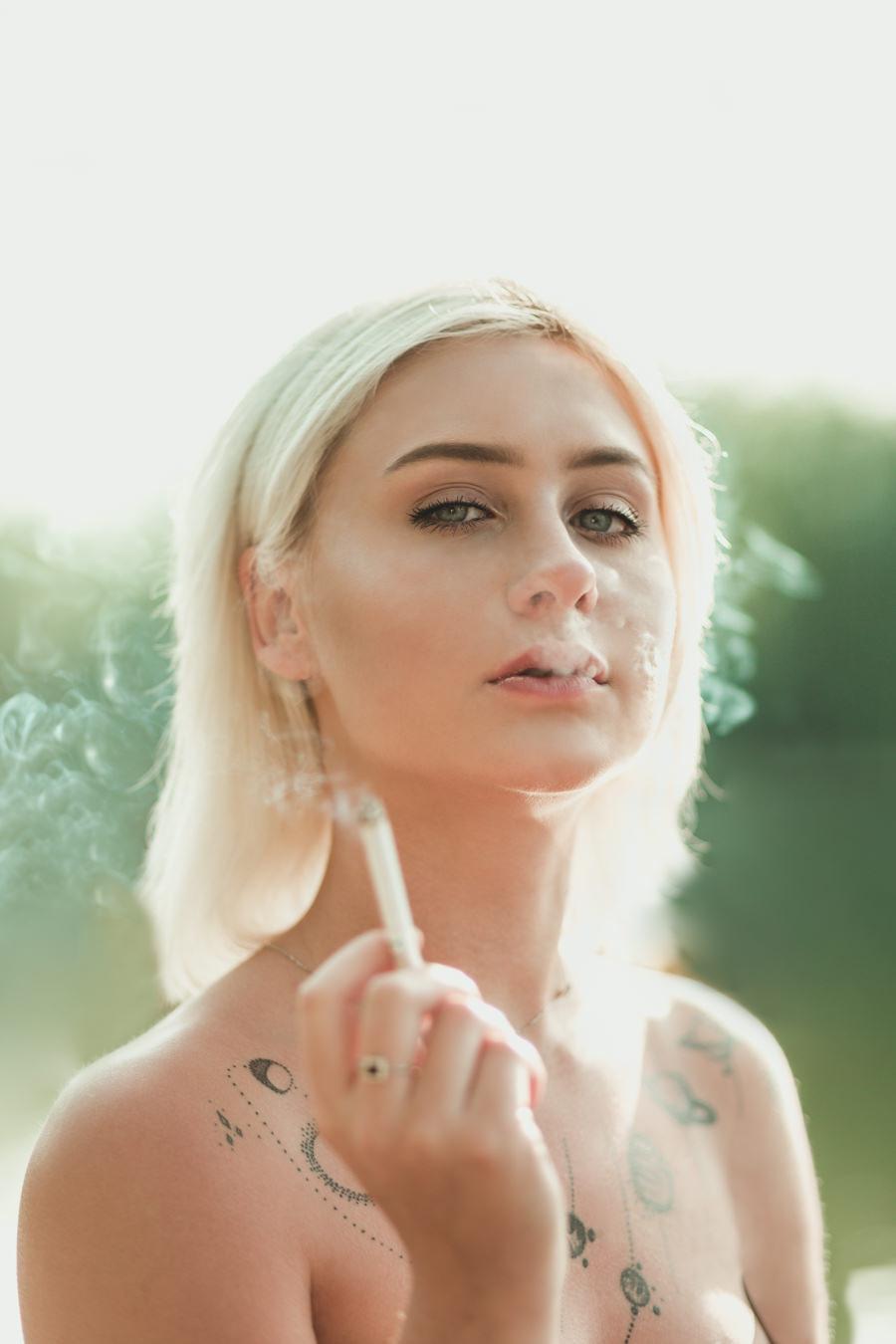 mloda kobieta papieros tatuaze