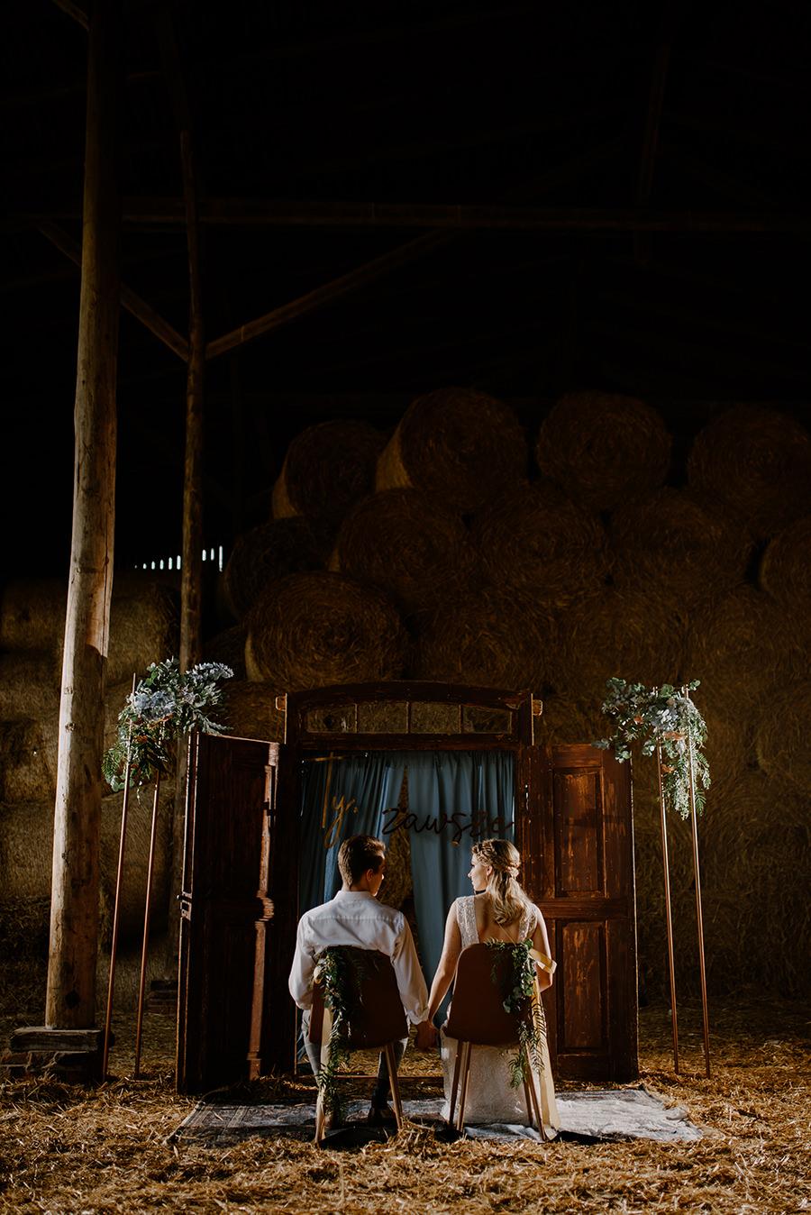 sesja slubna w stodole